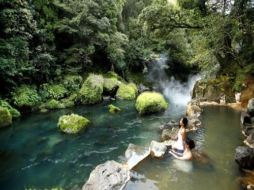 Natural hot hydrogen carbonate spring bath